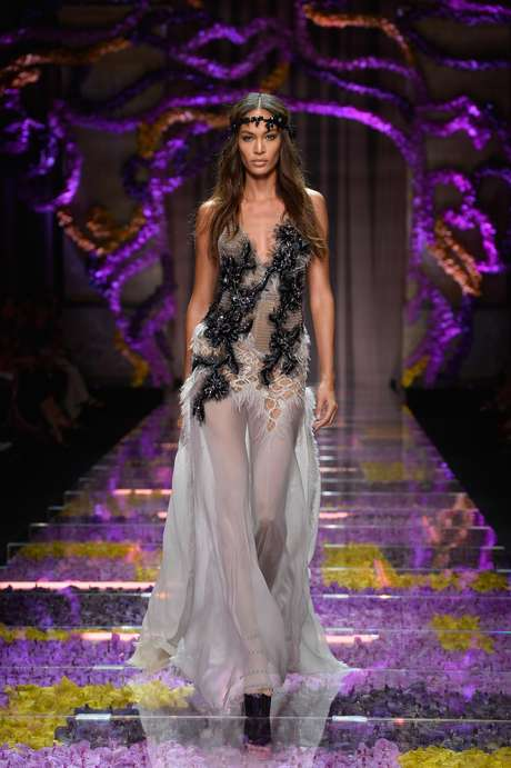 A modelo Joan Smalls no desfile do Atelier Versace