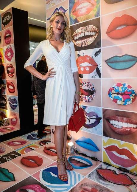 Apesar do frio na capital paulista, Ana Hickmann usou vestido branco e sandálias vermelhas