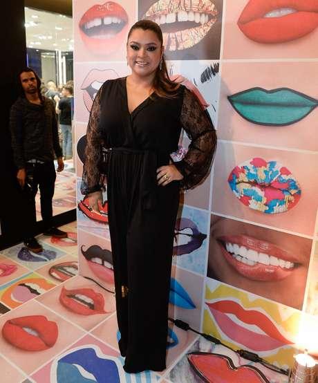 A cantora Preta Gil usou macacão preto com mangas rendadas
