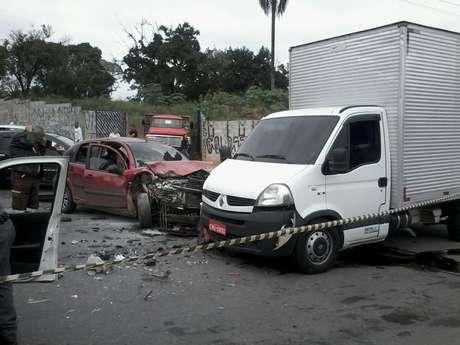 Bandidos fugiram, mas bateram o carro roubado