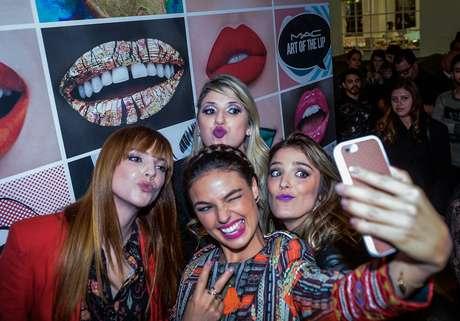 Titi Muller, Isis Valverde, Dani Calabresa e Rafa Brites fazem careta para selfie