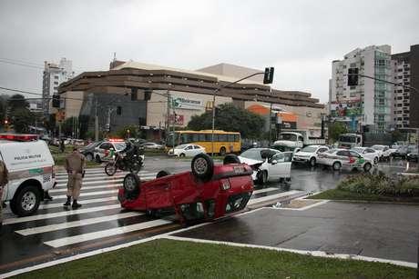Carro capotou após se envolver em acidente na avenida Beira-Mar Norte, em Florianópolis