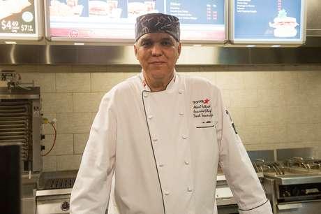 Chef canadense Abdel Belkaldi passou mais de um mês no Brasil aprendendo como cozinhar feijão, farofa e outras comidas brasileiras
