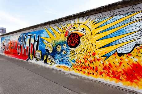 Muro de Berlim - Quem visita Berlim nos dias de hoje só pode ver alguns pedaços do Muro de Berlim, que dividiu a Alemanha por quase três décadas. Durante 1961 e 1989 famílias e amigos foram separados pela construção de 155 quilômetros de extensão que simbolizava a polarização do mundo na época. Atualmente, além de alguns trechos mantidos, todo o caminho que o muro percorrido está tracejado no chão