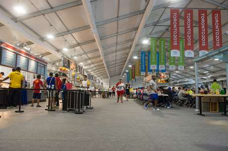 Restaurante gigante conta com diversas opções de comida para delegações