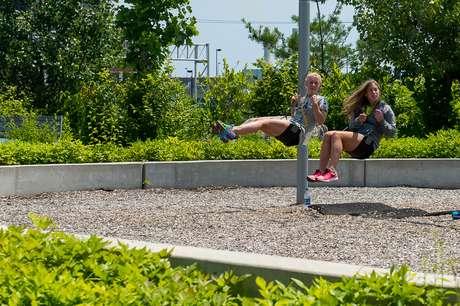 Atletas relaxam e aproveitam balanço em Vila do Pan