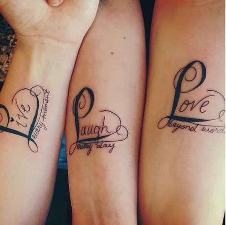 """""""Live every moment. Laugh every day. Love beyond words"""" (""""Viva cada momento. Ria todos os dias. Ame além das palavras"""")"""