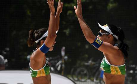 Bárbara e Ágatha comemoram triunfo na fase de grupos