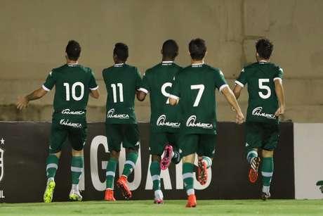 Jogadores do Goiás fazem a festa no Serra Dourada; quarta derrota consecutiva do Santos