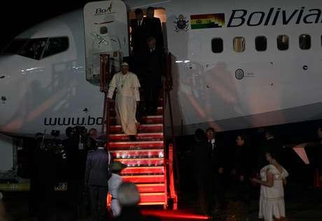 Papa Francisco deixa avião ao chegar a La Paz