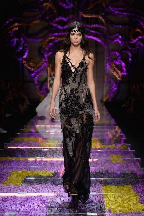 Kendall Jenner foi um dos destaques do sempre sensual desfile da grife italiana Versace