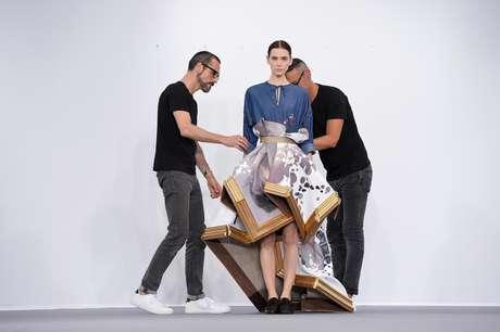 Os holandeses Viktor e Ralf durante performance no Palais de Tokyo, em Paris: parte da obra foi comprada por colecionador que doará para museu de Roterdã