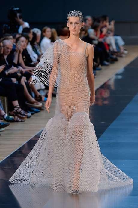 Até que esse look criado por John Galliano para a Maison Margiela, com tramas transparentes está comportado...