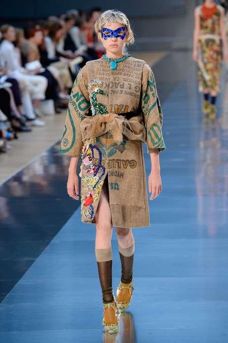 E que tal um casaco que parece feito de saco de batata? Sim, é alta-costura e o que conta aqui, além da criatividade, é a excelência do acabamento feito à mão