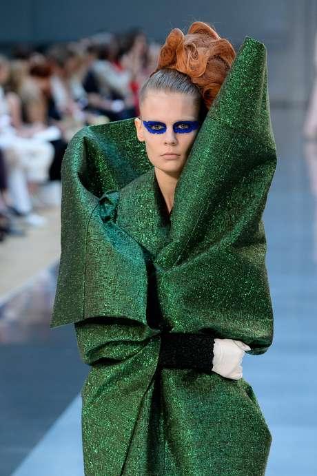 John Galliano também usou referências orientais para criar a coleção da Maison Margiela, como nesse casaco que parece feito de dobraduras