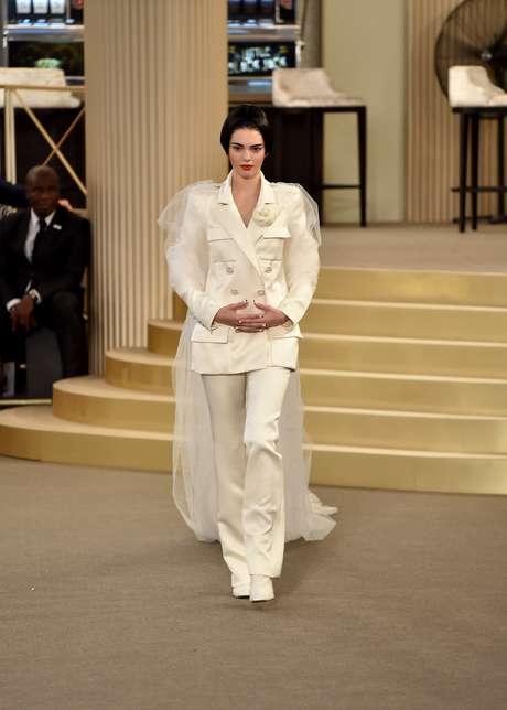 Na Chanel, Kendall Jenner desfilou como noiva de calça comprida e blazer com abotoamento duplo