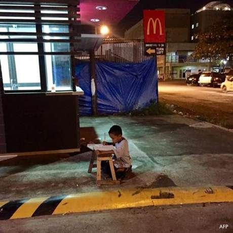 """Daniel Cabrera ficou famoso nas Filipinas depois de ser """"flagrado"""" estudando na calçada"""