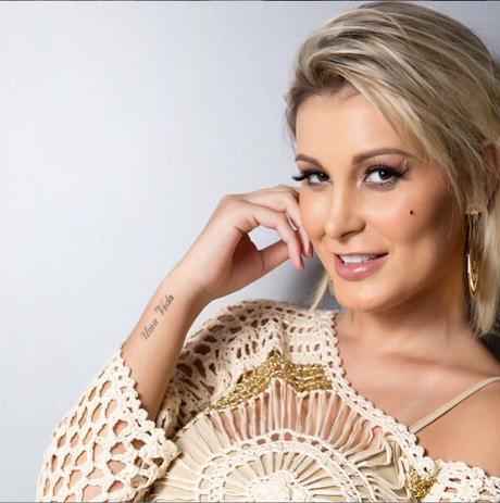 Andressa Urach estreia como repórter em programa da Record neste domingo (9)