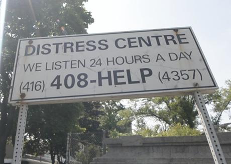 Placas em todos os acessos da ponte estimulam suicidas em potencial a ligar para número de telefone e pedir ajuda