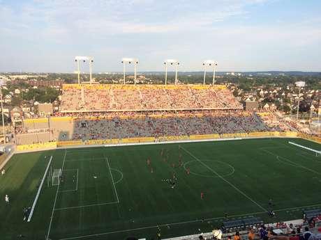 Estádio de Hamilton já recebia bom público durante aquecimento dos times