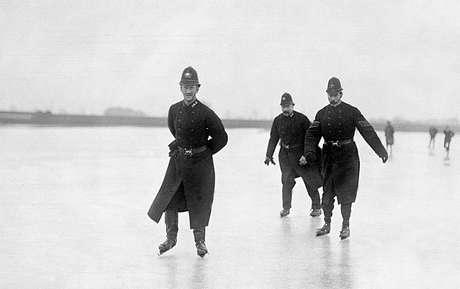 Policiais patinam sobre o Tâmisa no início do século passado