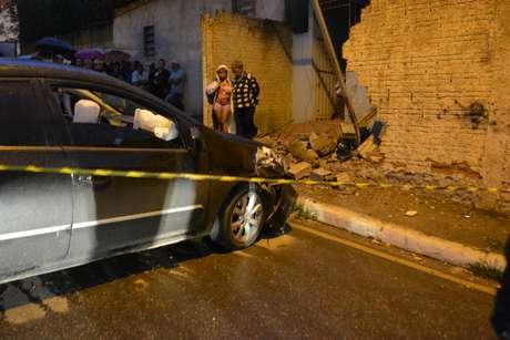 O homem baleado perdeu o controle do veículo e atingiu uma casa