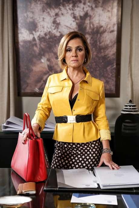 O novo visual da Inês (Adriana Esteves), de 'Babilônia', agradou as telespectadoras. A personagem está com fios claros e corte chanel