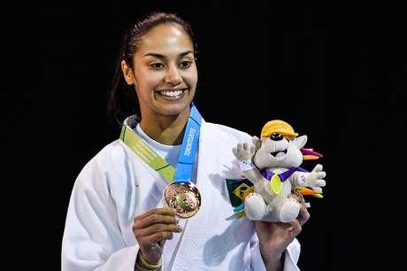 Mariana Silva exibe sua medalha de bronze