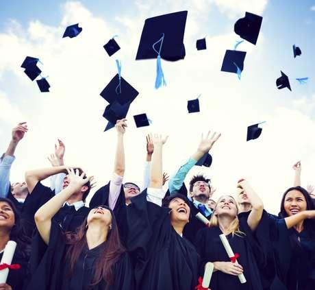 Tradicional hábito foi proibido em universidade para evitar que estudantes de machuquem com as pontas dos chapéus