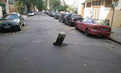 O buraco foi destacado com sinalização improvisada