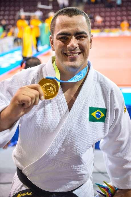 David Moura exibe sua medalha de ouro dos pesados