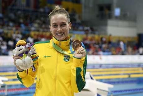 Manuella exibe o bronze com orgulho