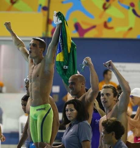 Equipe brasileira do revezamento comemora vitória no 4x100 m