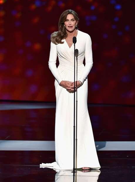 Caitlyn Jenner, a homenageada da noite, optou por longo branco Versace com decote em V discreto, que ajuda a alongar a silhueta