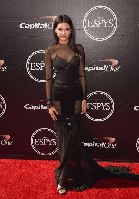 A top Kendall Jenner usou longo preto repleto de transparências, de Alexandre Vauthier