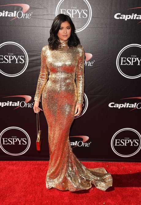 Kylie Jenner escolheu vestido dourado com brilho e todo fechado, com gola alta e mangas compridas