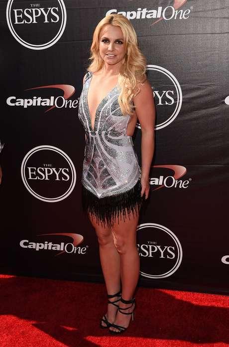 Britney Spears usou vestido curto com decote profundo e franjas na barra, do estilista brasileiro Davidson Zanine. Para completar, sandália preta Le Silla
