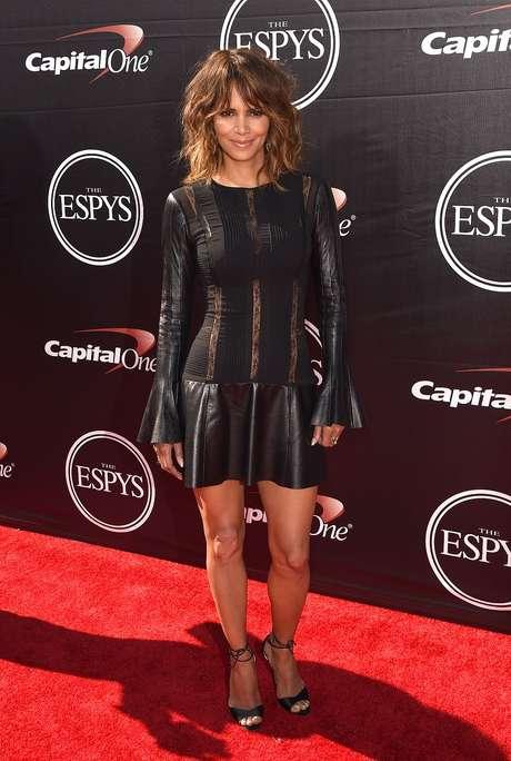 Halle Berry investiu em vestido preto de couro com faixas transparentes