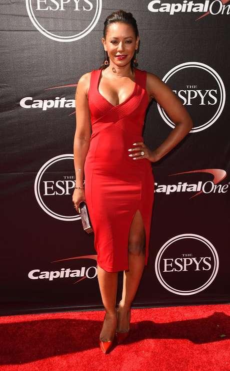 Mel B posou com vestido vermelho decotado e com fenda