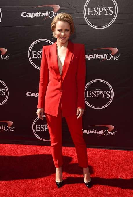 Rachel McAdams usou look vermelho com blazer sem nada por baixo, exibindo decote profundo