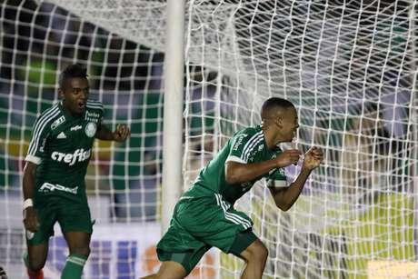 Gabriel Jesus parte para comemorar gol da vitória
