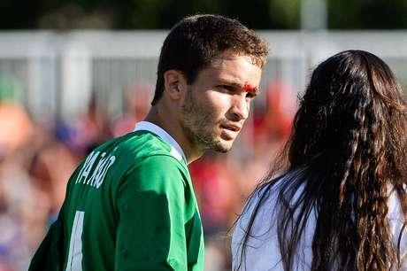 Jogador brasileiro saiu sangrando após choque com jogador mexicano
