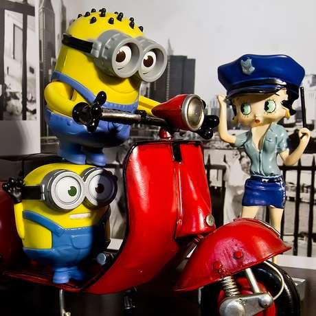 Fotógrafo reuniu projetos feitos com Minions e motocicletas de brinquedos