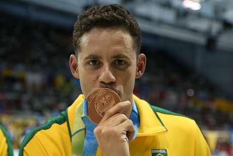 Thiago Pereira morde seu bronze conquistado nos 200 m peito
