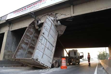 Caminhão ficou preso na ponte do Piqueri