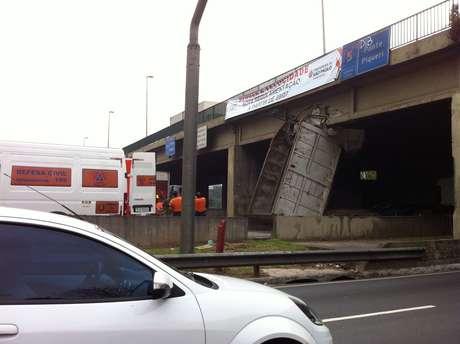 Caçamba do caminhão ficou presa na ponte do Piqueri