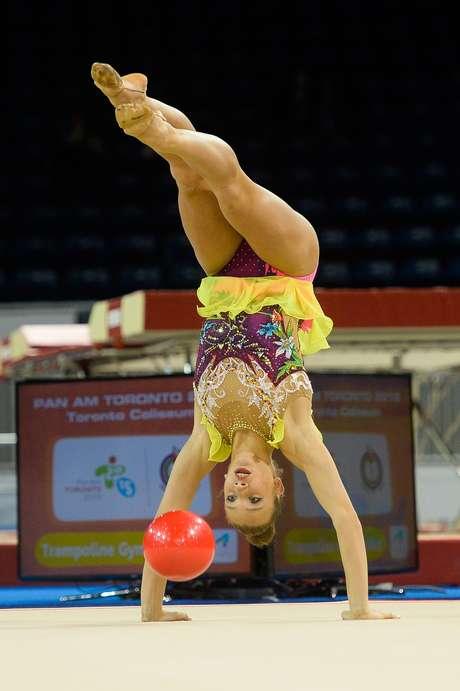 Atletas da ginástica rítmica se apresentaram nesta sexta-feira no Toronto Coliseum nos Jogos Pan-Americanos 2015