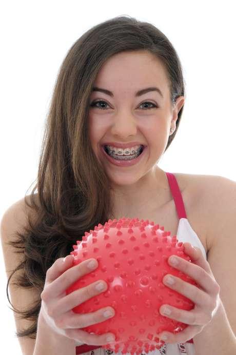 Quem usa aparelho tem medo de se machucar em esportes com bola