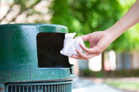Quem nunca jogou o aparelho móvel no lixo sem querer?