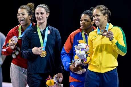 Aline Silva posa com a medalha de prata dos Jogos de Toronto